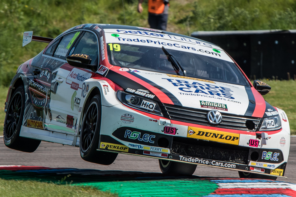 Thompson stays cool in tyre-less Thruxton heat