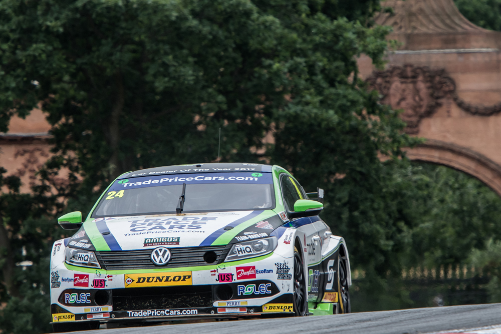 Hill battles to BTCC points in the park